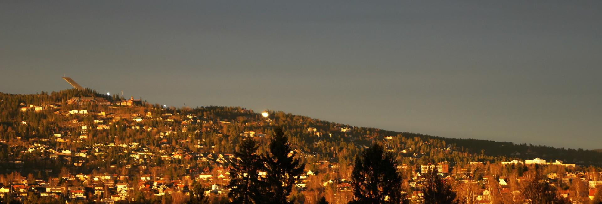 Holmenkollen, utsikt fra E58, april.jpg